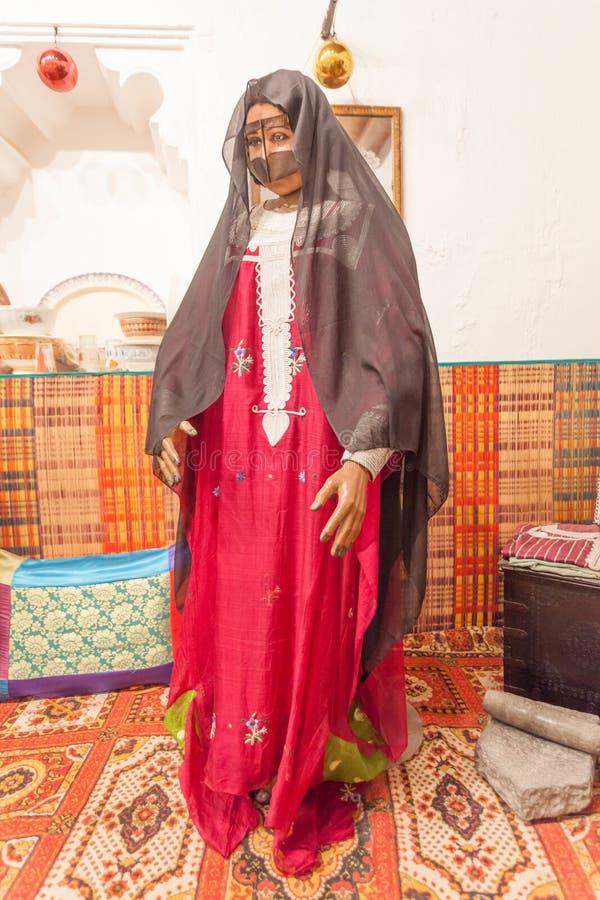 Mujer beduina en vestido tradicional imagenes de archivo