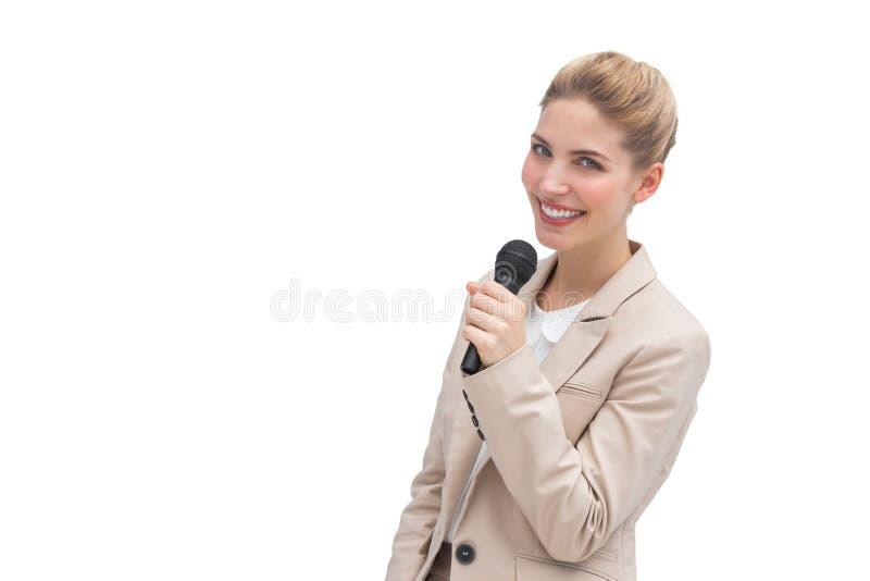 Mujer bien vestida con el micrófono imagen de archivo