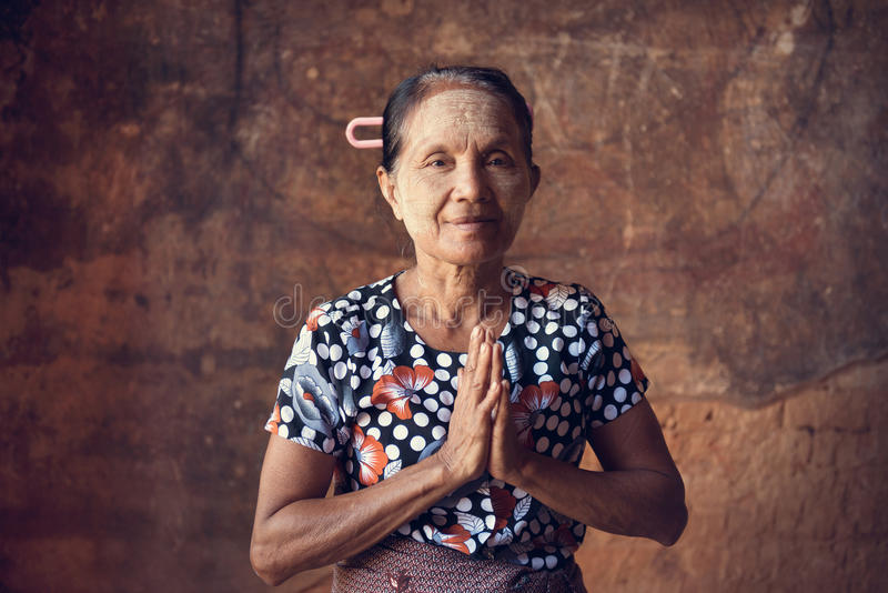 Mujer birmana asiática que ruega fotografía de archivo