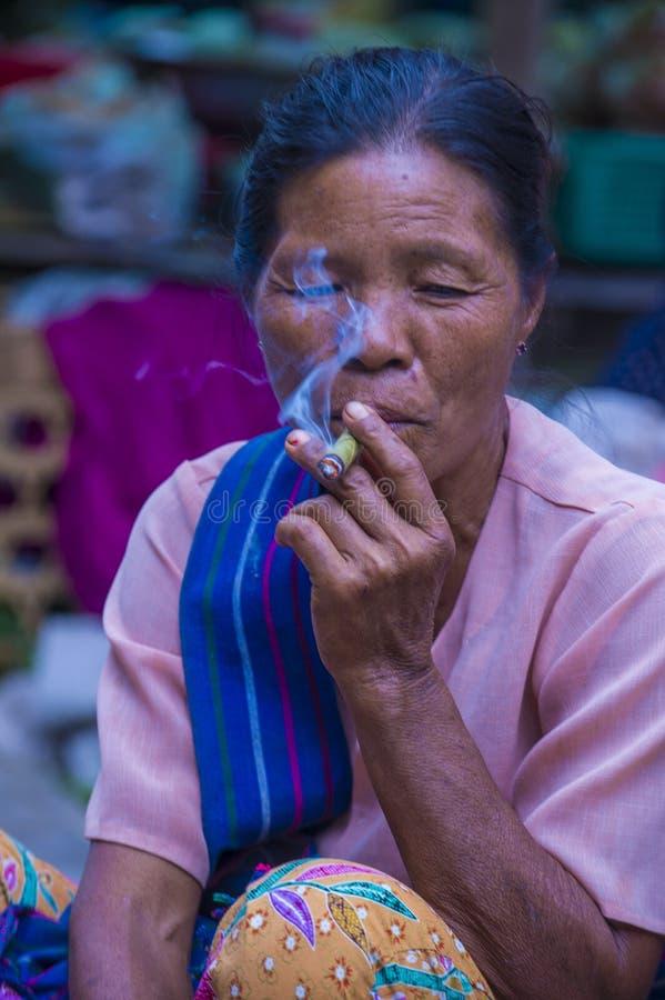 Mujer birmana que fuma un cigarro del puro foto de archivo