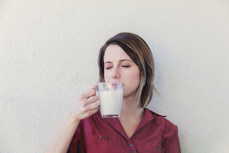 Mujer blanca triste con el vidrio de leche fotografía de archivo