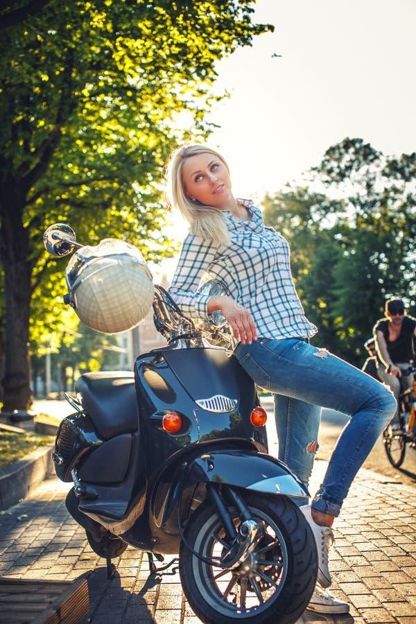 Mujer blondy casual en tejanos imagen de archivo libre de regalías