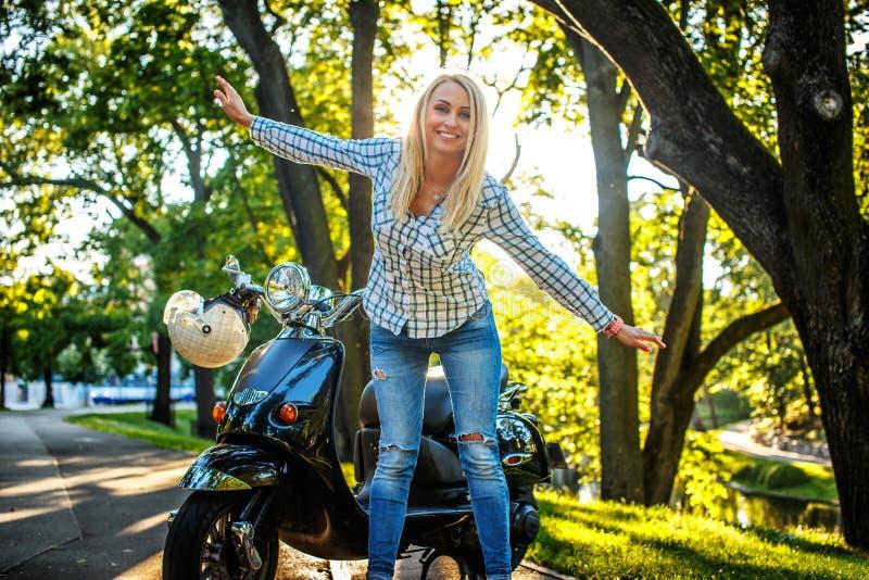 Mujer blondy casual en tejanos fotos de archivo libres de regalías