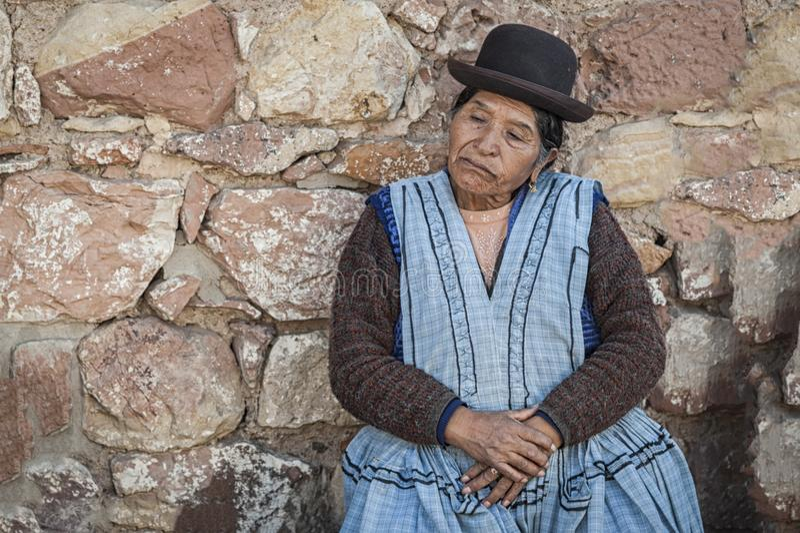 Mujer boliviana no identificada en la calle de Sucre, Bolivia imagen de archivo