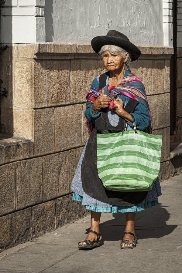 Mujer boliviana no identificada en la calle de Sucre, Bolivia imagenes de archivo