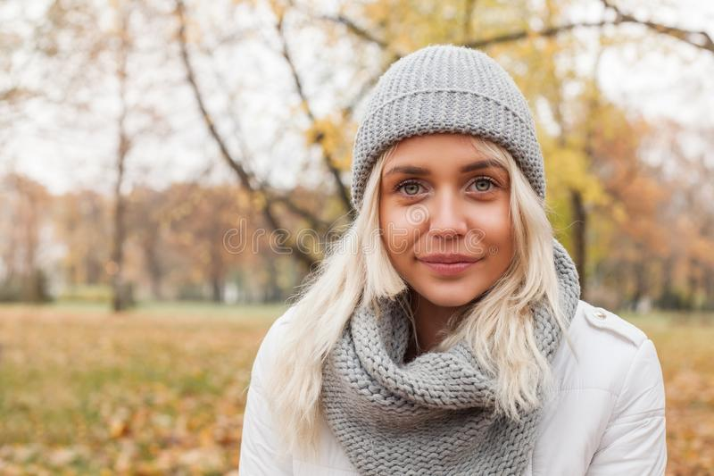 Mujer bonita al aire libre en fondo del otoño fotos de archivo libres de regalías