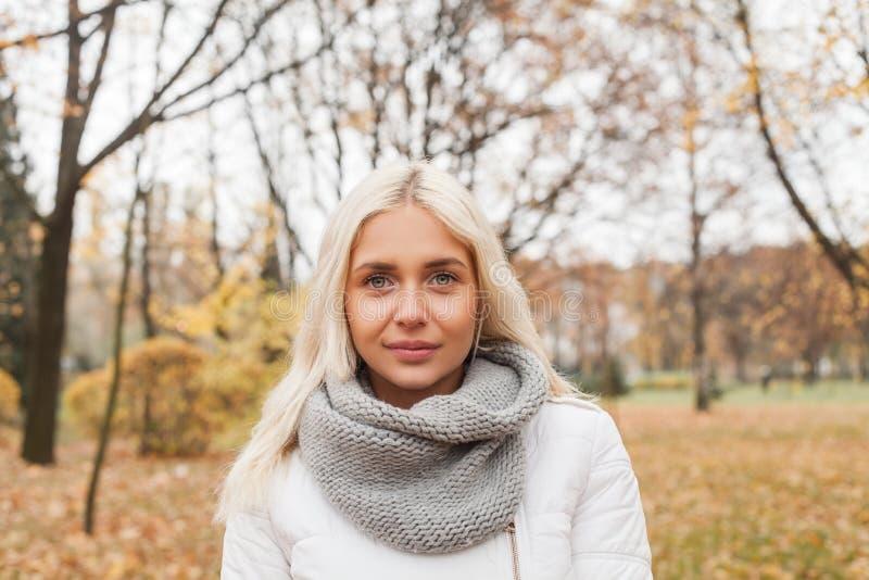 Mujer bonita al aire libre en fondo del otoño fotos de archivo
