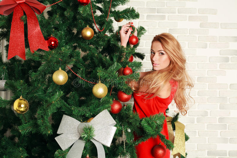 Mujer bonita con el árbol de navidad fotos de archivo libres de regalías