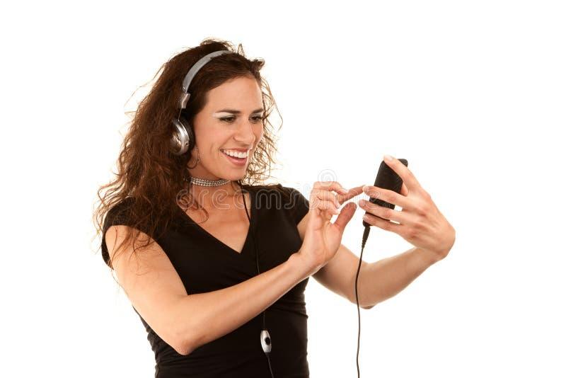 Mujer bonita con el dispositivo audio handheld fotografía de archivo libre de regalías