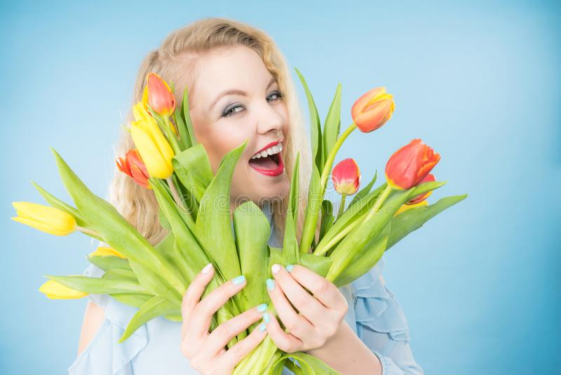 Mujer bonita con el manojo amarillo rojo de los tulipanes fotos de archivo