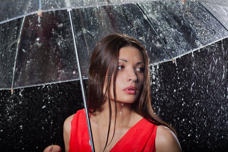 Mujer bonita con el paraguas debajo fotografía de archivo libre de regalías
