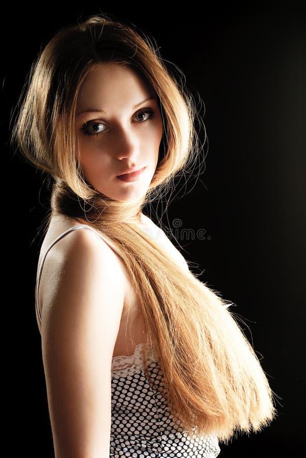 Mujer bonita con el pelo largo fotografía de archivo