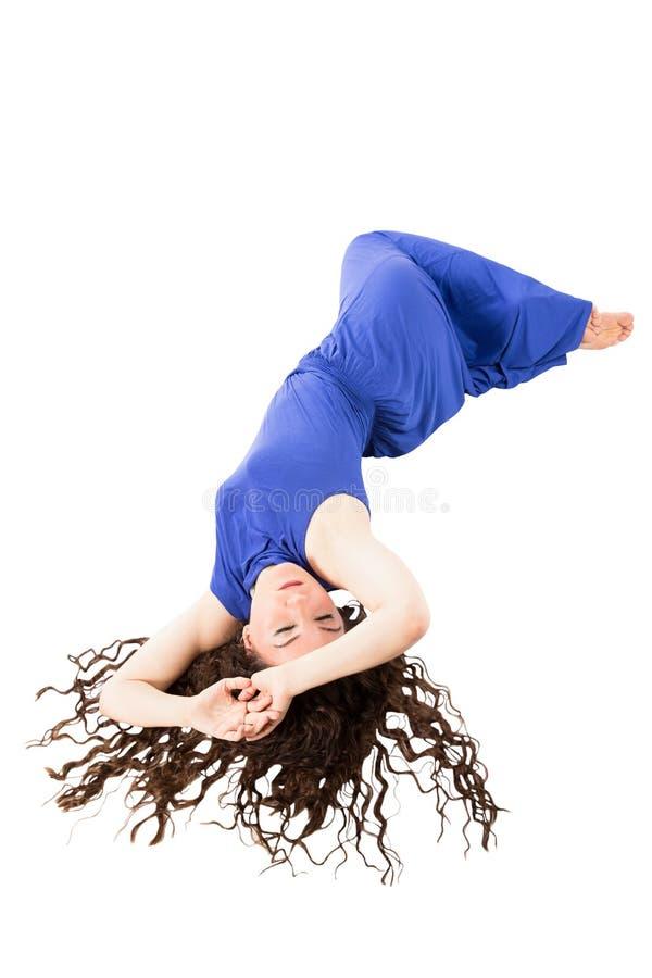 Mujer bonita con el pelo marrón rizado hermoso largo aislado en blanco foto de archivo libre de regalías