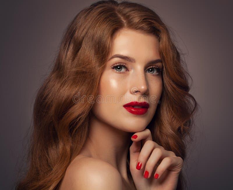 Mujer bonita con el pelo rizado rojo imagenes de archivo
