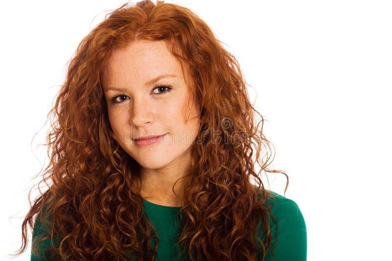 Mujer bonita con el pelo y las pecas rojos fotos de archivo libres de regalías