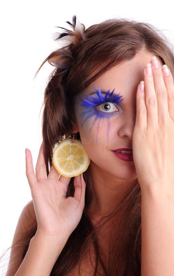 Mujer bonita con el pendiente del limón foto de archivo libre de regalías