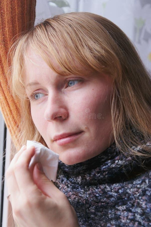 Mujer bonita con frío y gripe fotografía de archivo