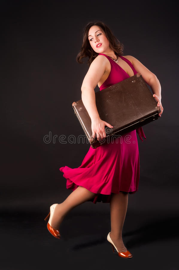 Mujer bonita con la maleta imagen de archivo