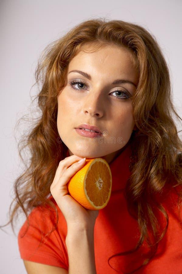 Mujer bonita con la naranja fotos de archivo