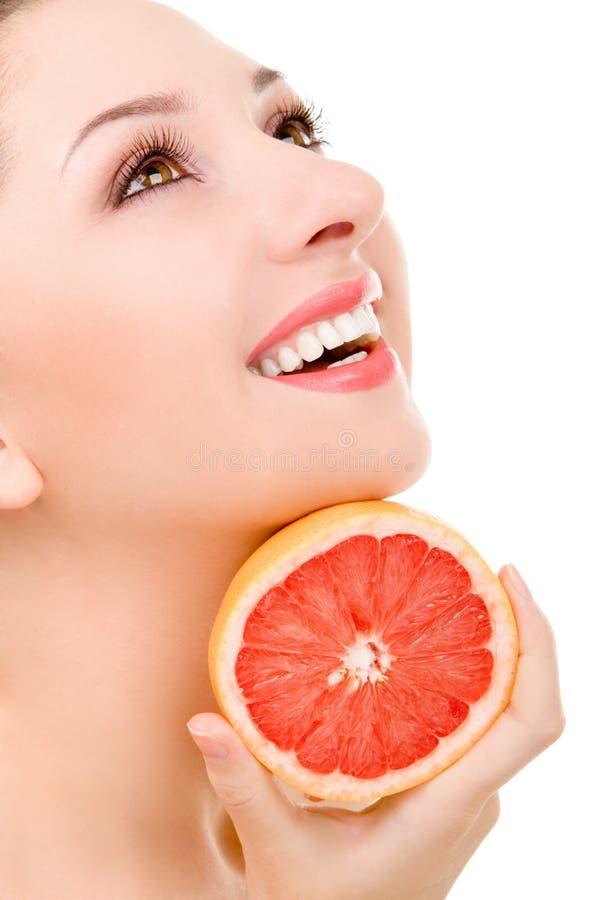 Mujer bonita con la naranja fotografía de archivo libre de regalías