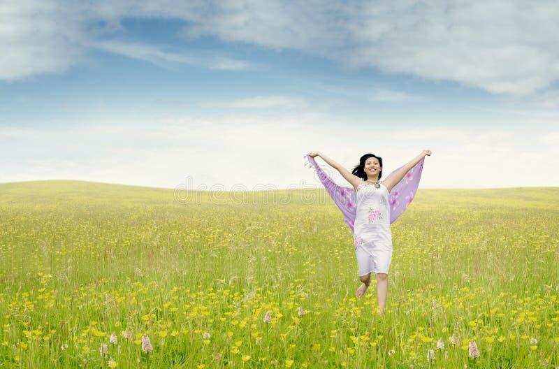 Mujer bonita con la tela que corre en prado fotos de archivo libres de regalías