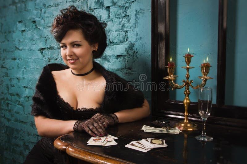Mujer bonita con las tarjetas en el interior del vintage fotos de archivo libres de regalías