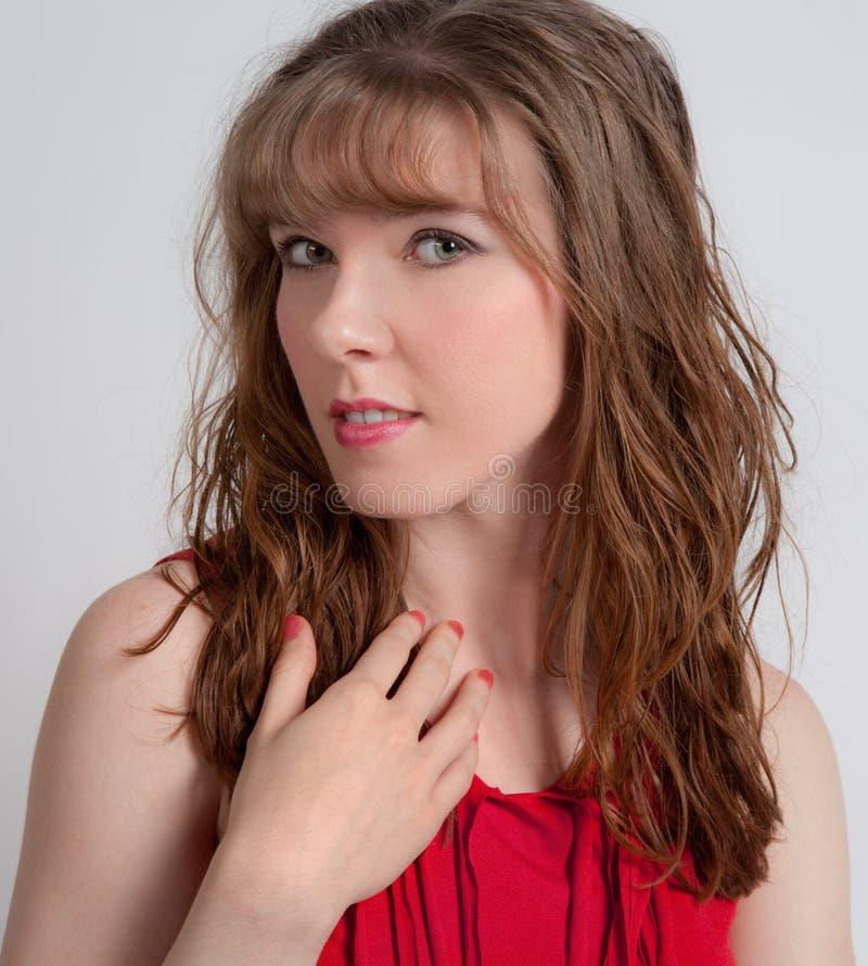 Mujer bonita con los labios y los clavos rojos fotografía de archivo