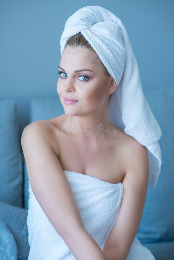 Mujer bonita con los ojos azules magníficos foto de archivo libre de regalías