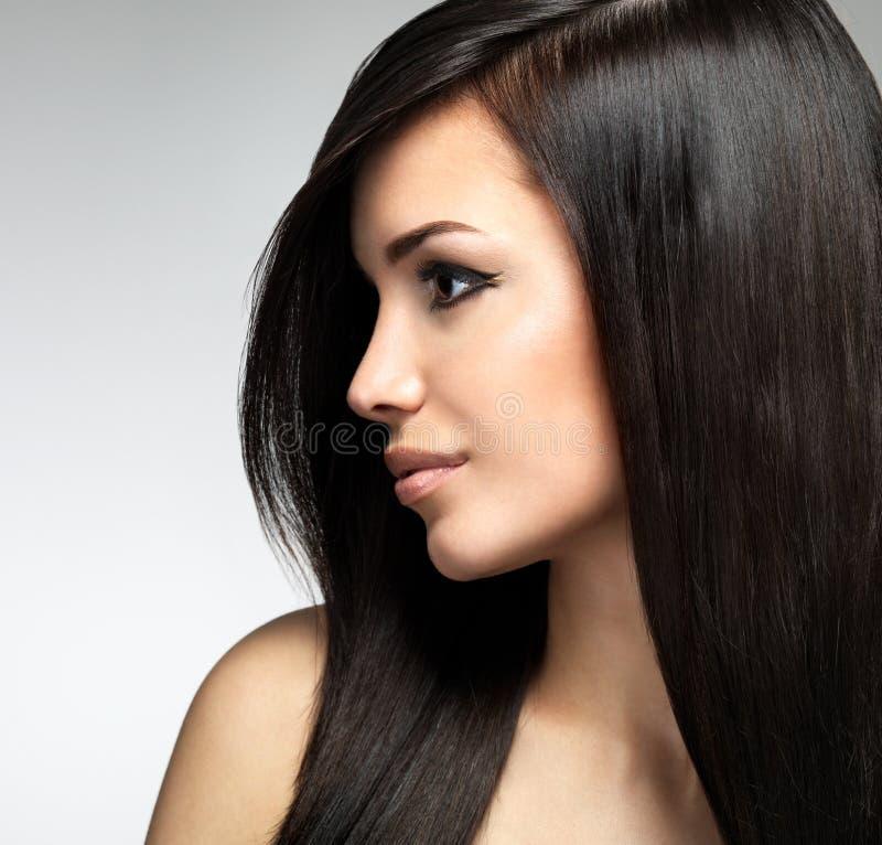 Mujer bonita con los pelos marrones largos imagen de archivo libre de regalías