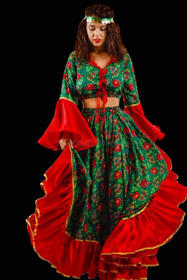 Mujer bonita con un vestido gitano imagenes de archivo