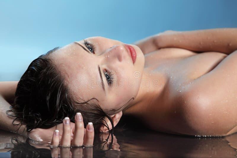 Mujer de la belleza en agua foto de archivo