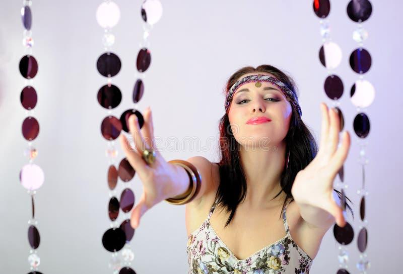 Mujer bonita de la manera del verano en el baile hippy del estilo fotografía de archivo