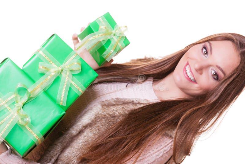Mujer bonita de la moda con los regalos de las cajas Cumpleaños imagenes de archivo