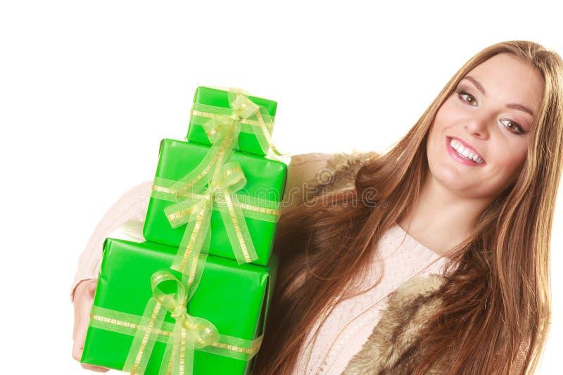Mujer bonita de la moda con los regalos de las cajas Cumpleaños foto de archivo libre de regalías