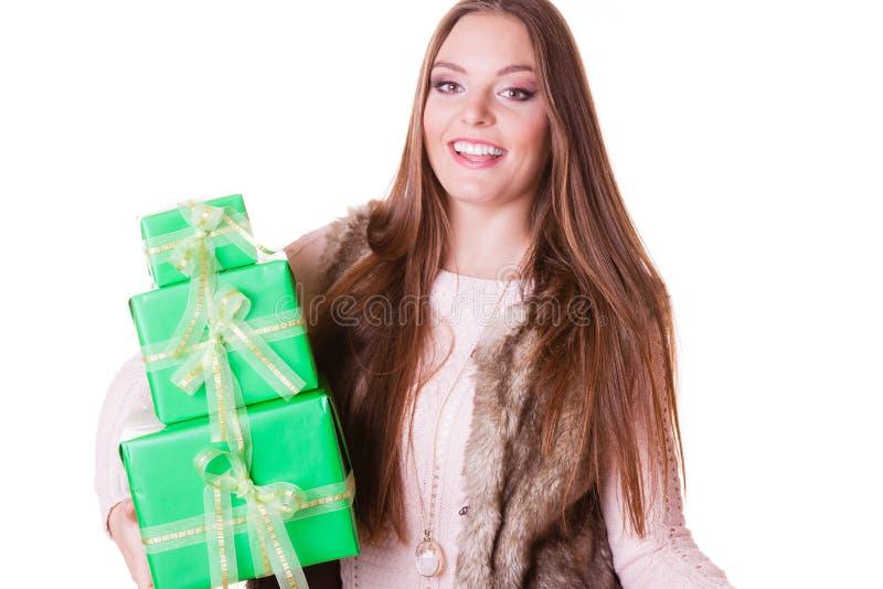 Mujer bonita de la moda con los regalos de las cajas Cumpleaños imágenes de archivo libres de regalías