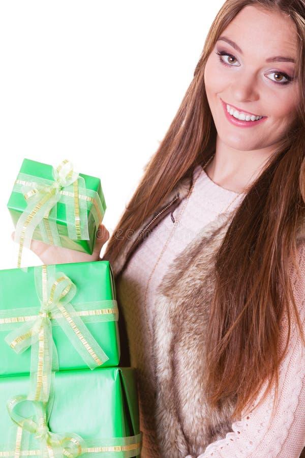 Mujer bonita de la moda con los regalos de las cajas Cumpleaños fotos de archivo libres de regalías