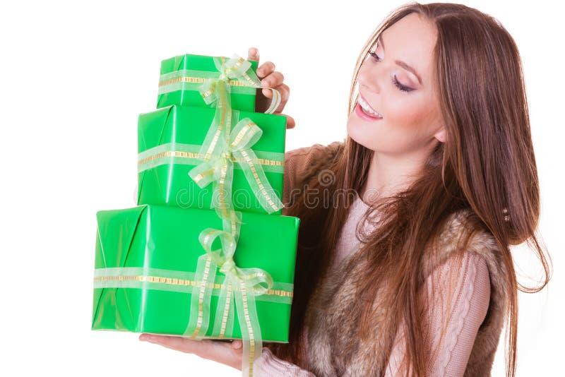 Mujer bonita de la moda con los regalos de las cajas Cumpleaños imagen de archivo libre de regalías