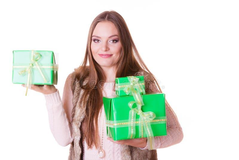 Mujer bonita de la moda con los regalos de las cajas Cumpleaños fotos de archivo