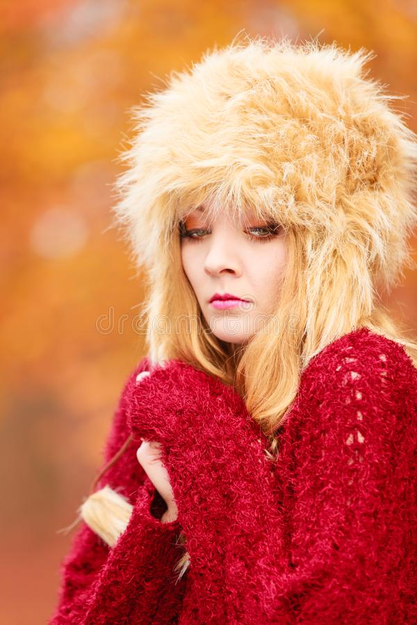 Mujer bonita de la moda en fr?o de sensaci?n del sombrero del invierno imagenes de archivo