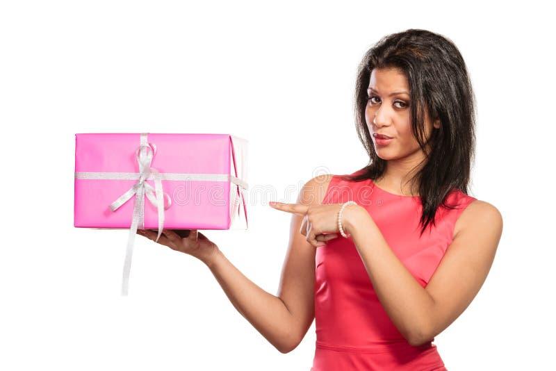 Mujer bonita de la raza mixta con el regalo de la caja Navidad imagenes de archivo