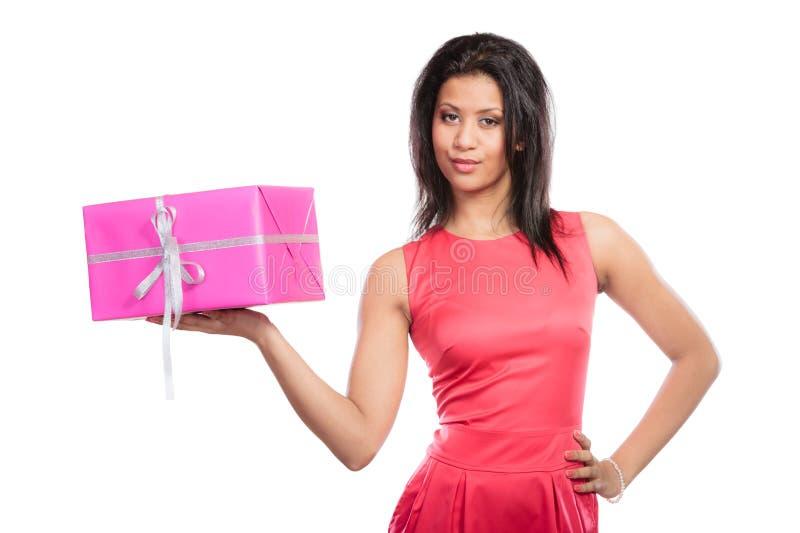 Mujer bonita de la raza mixta con el regalo de la caja Navidad fotos de archivo