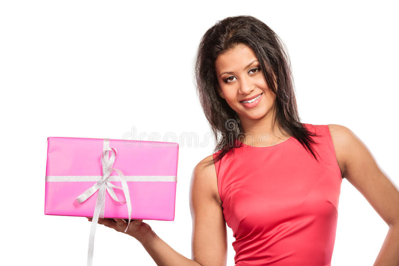 Mujer bonita de la raza mixta con el regalo de la caja Navidad fotografía de archivo
