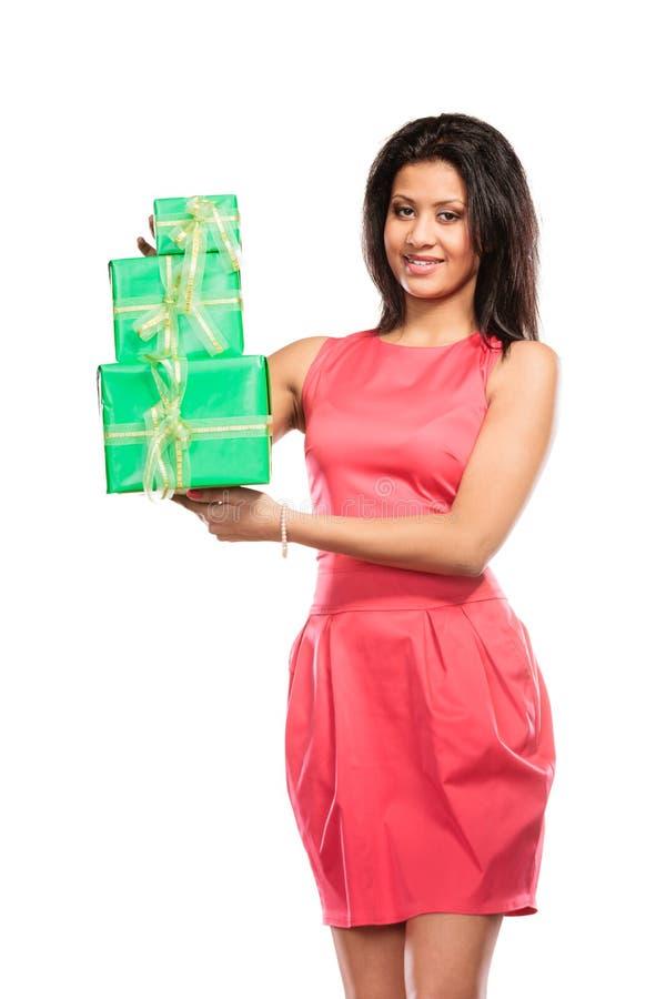Mujer bonita de la raza mixta con los regalos de las cajas Cumpleaños imagen de archivo