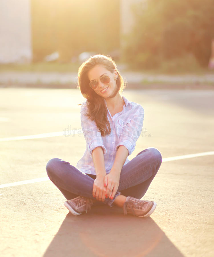 Mujer bonita del retrato del verano de la forma de vida que goza el la tarde fotos de archivo