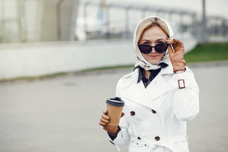 Mujer bonita elegante joven que presenta al las calles y usar de la ciudad foto de archivo