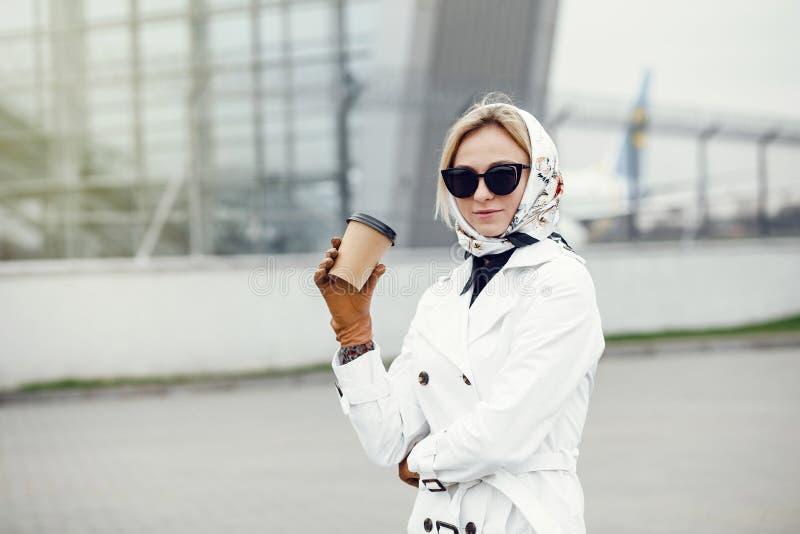Mujer bonita elegante joven que presenta al las calles y usar de la ciudad fotos de archivo