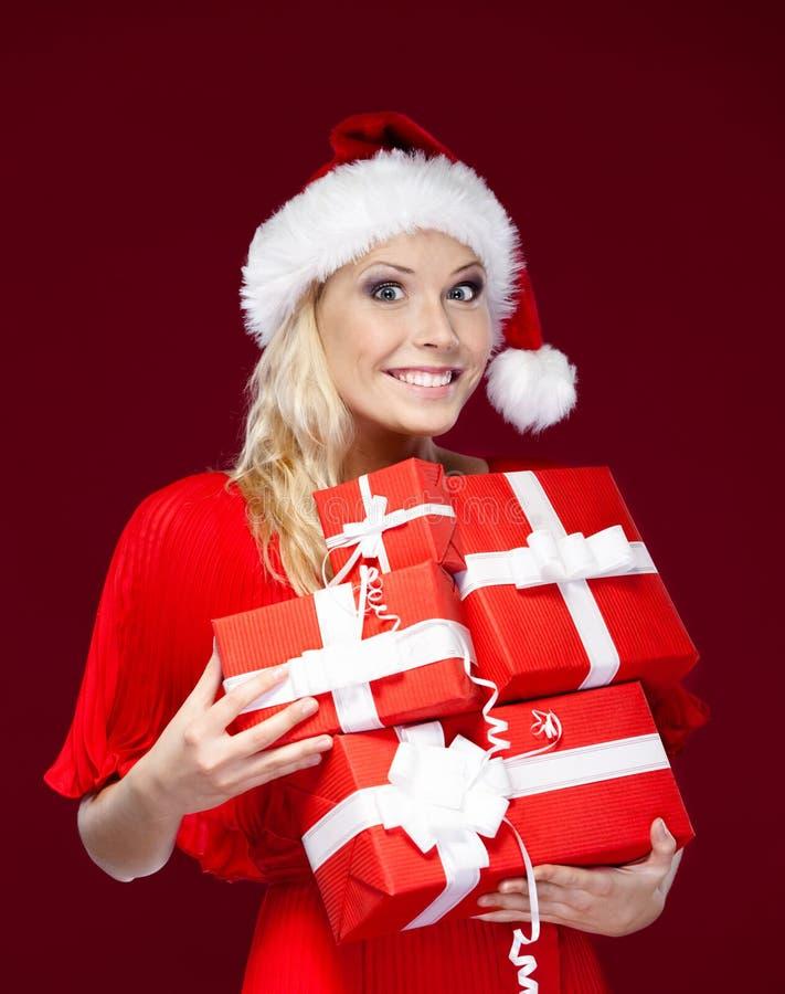 Mujer bonita en casquillo de la Navidad fotografía de archivo libre de regalías