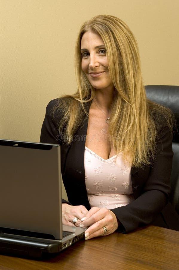 Mujer bonita en el escritorio fotos de archivo libres de regalías