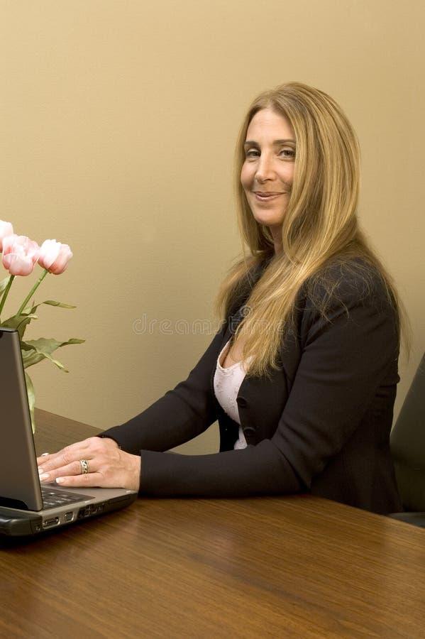 Mujer bonita en el escritorio imágenes de archivo libres de regalías