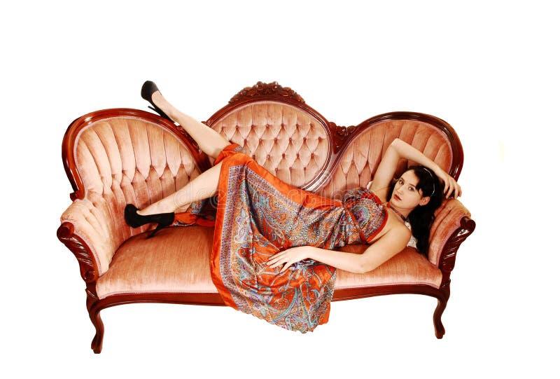 Mujer bonita en el sofá. imágenes de archivo libres de regalías